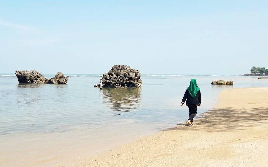 Pantai Matahari Carita via @frhnfauziyah_fujii