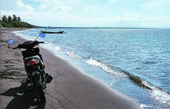 Pantai Pasir Hitam Banongan via @rifdulbas