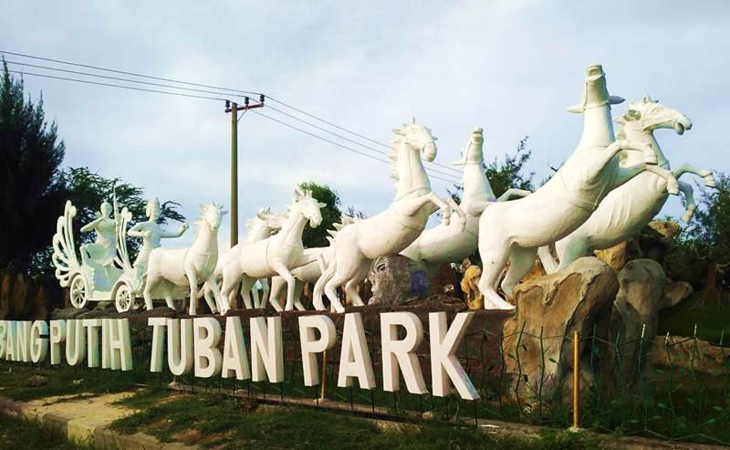 Kambang Putih Tuban Park via @karmilarosita
