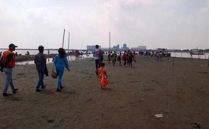 Pantai Marunda via Tribunnews