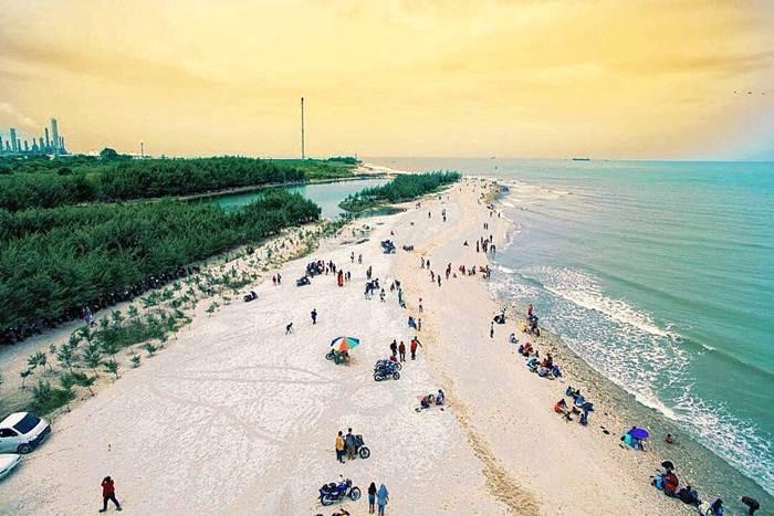 Pantai Pasir Putih Remen Tuban via @ardhitamadhani21