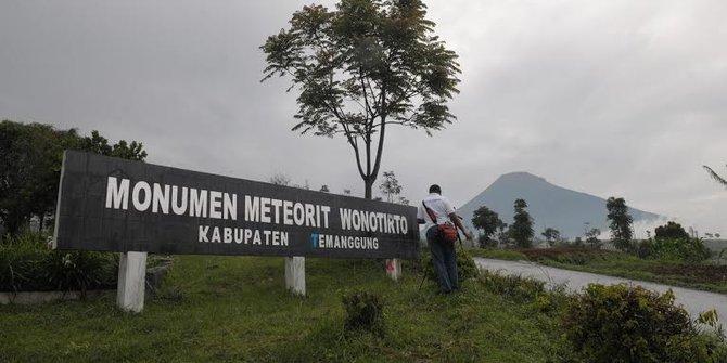 Monumen Meteorit Wonotirto via Merdeka