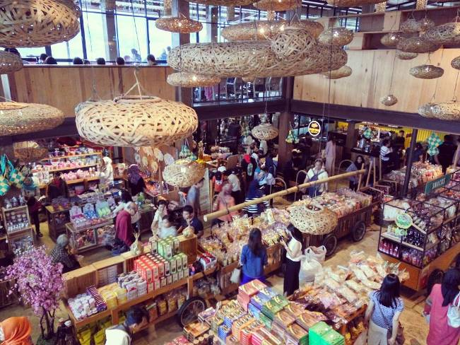 Belanja di Pasar Khatulistiwa