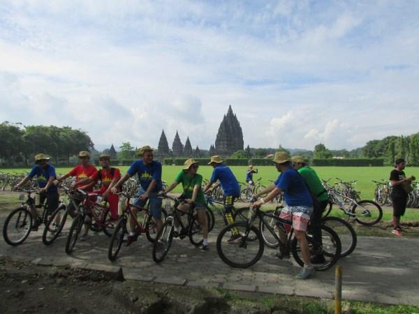 Bersepeda di Candi Prambanan