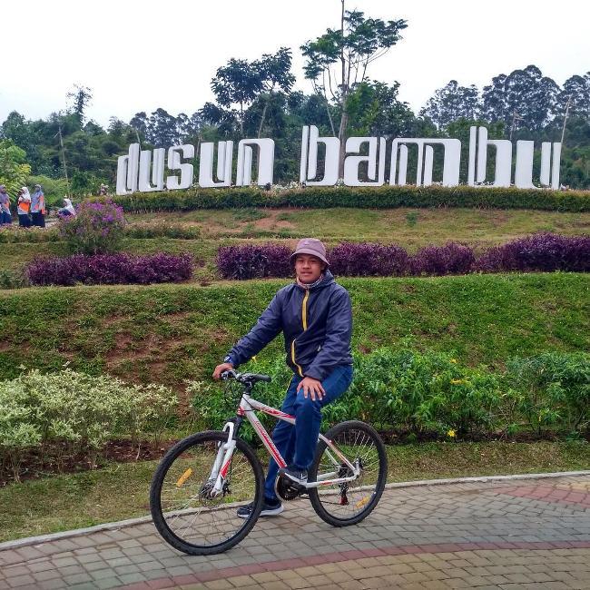 Bersepeda di dusun bambu