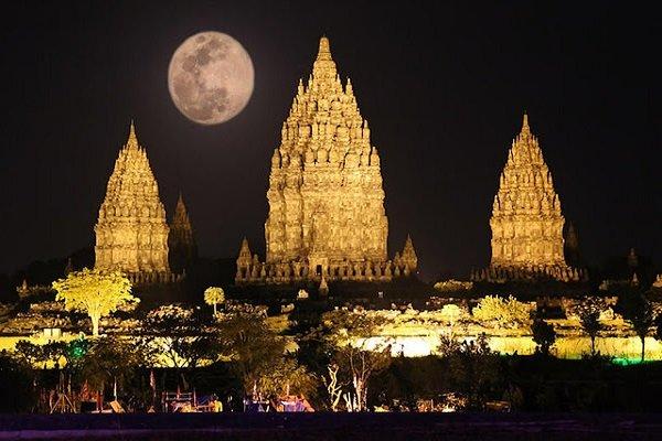 Candi Prambanan via mogleng-mogleng.blogspotcoid