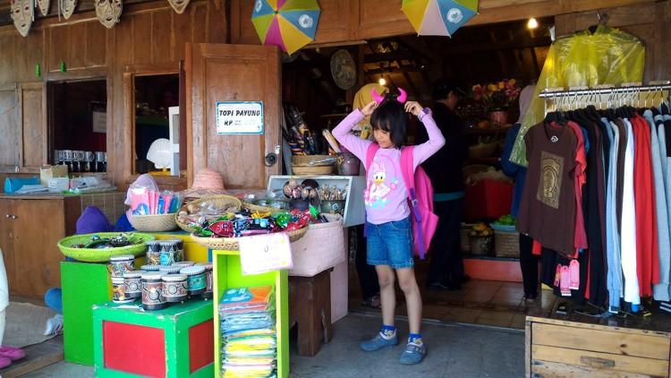 Wisata Belanja di Floating Market
