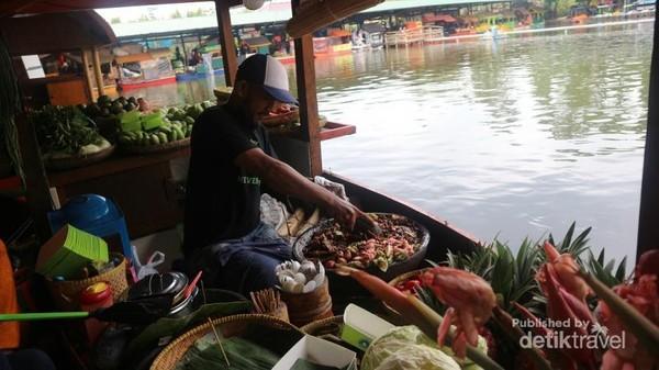 Wisata Kuliner di Floating Market via Detik