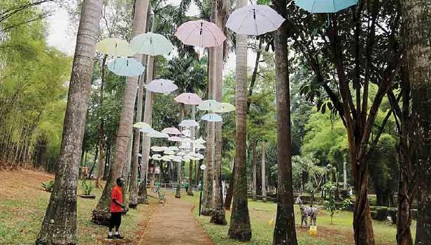 Susunan Payung di Taman Langsat via Airyrooms