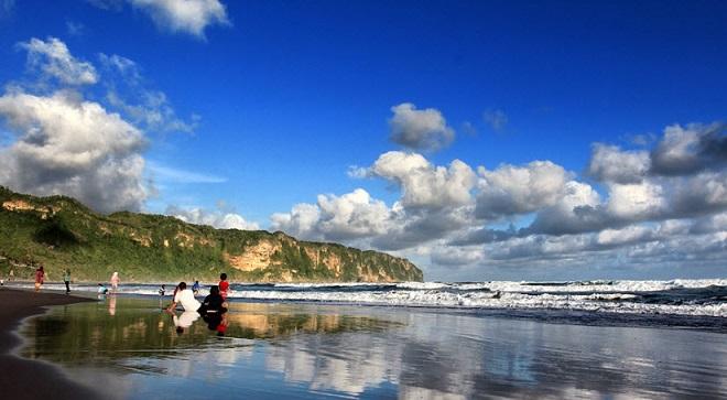 Pantai Parangtritis via duniatraveling