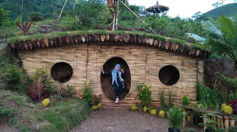 Rumah Hobbit Lembah Semilir via Ngetripyuk