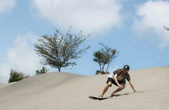 Sandboarding di Gumuk Pasir Parangkusumo via IG @muntasiriqbal