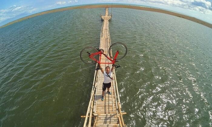 Jembatan Bambu di Pantai samas via Nativeindonesia