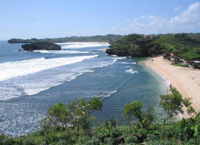 Keindahan Pantai Kuwaaru dari Ketinggian via Indonesiaexplorer