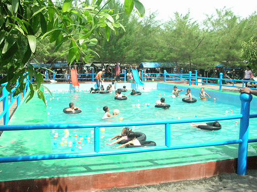 Kolam Renang di Pantai Kuwaru via Rentalmobilyogyakartanet