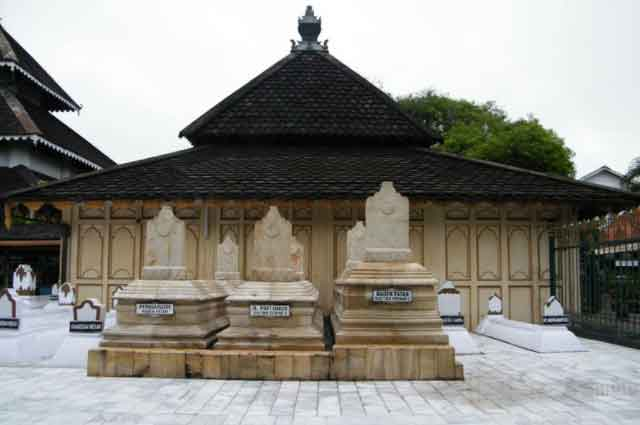 Makam Raja Demak via Srikayakoe.wordpresscom