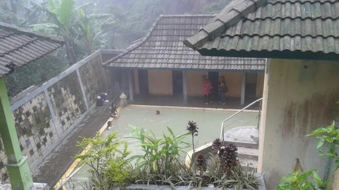 Mandi Air Panas di Candi Gedong Songo via Tribunnews