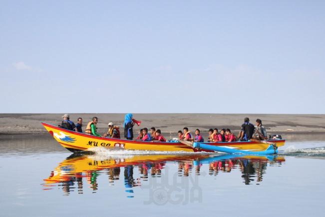 Mengelilingi Sungai Opak Menggunakan Perahu