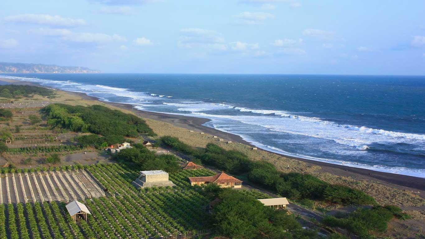 Menikmati Keindahan Pantai dari Mercusuar Kalajivamasti