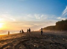 Menikmati Sunset di Pantai Kuwaru