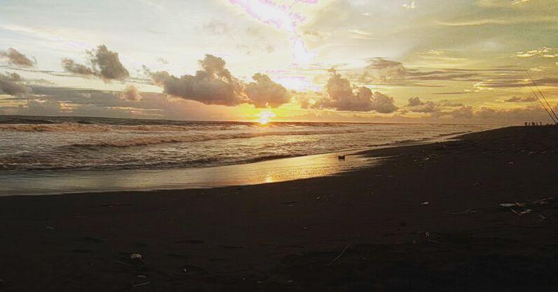 Menikmati Sunset di Pantai Pandansari via IG @fathan_anwarudin