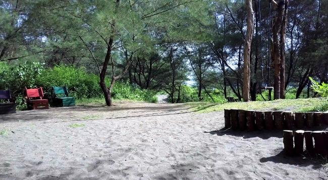 Tempat Santuy yang Adem di Pantai Gua Cemara via Travelingyuk