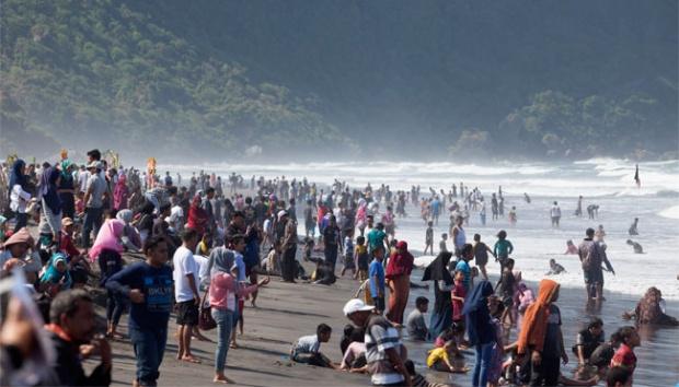 Wisatawan Memadati Pantai Parangtritis Saat Musim Libur via Tempo