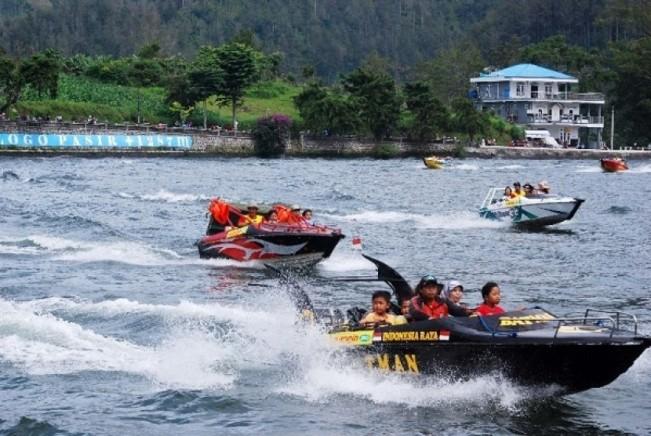 Berkeliling Danau Naik Speedboat via Republika