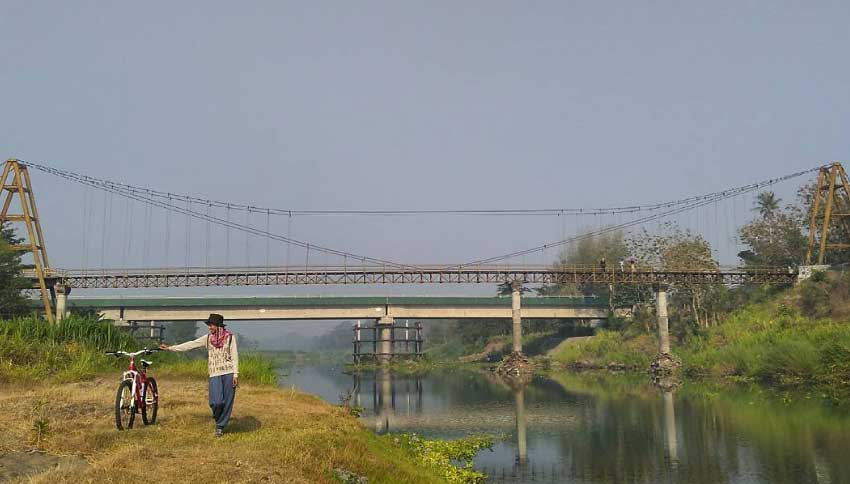 Foto dengan Background Jembatan Soka via Kartanesia