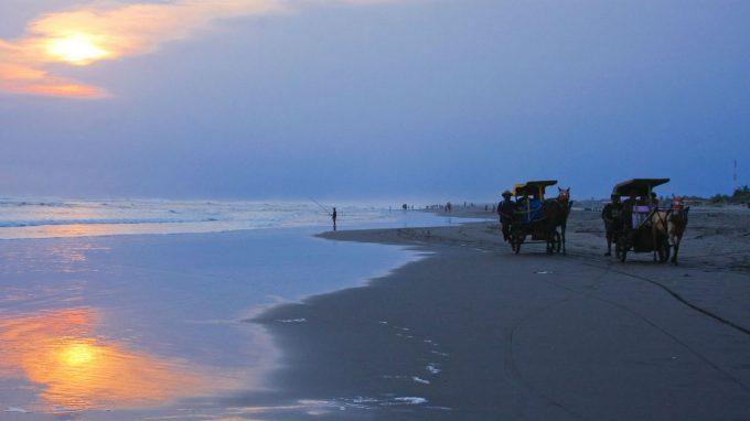 Keliling Pantai Parangendog dengan Dokar