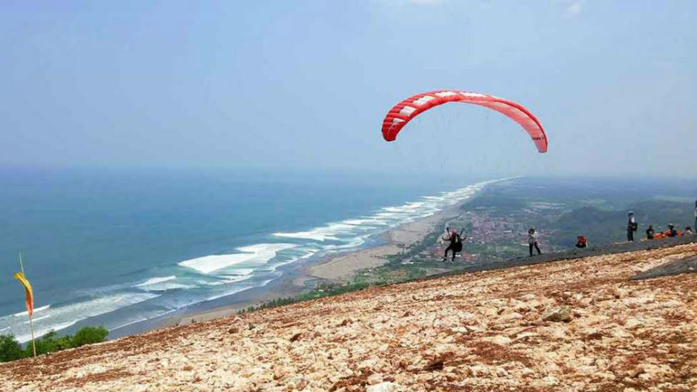 Mencoba Sensansi Paralayang di Pantai Parangendog
