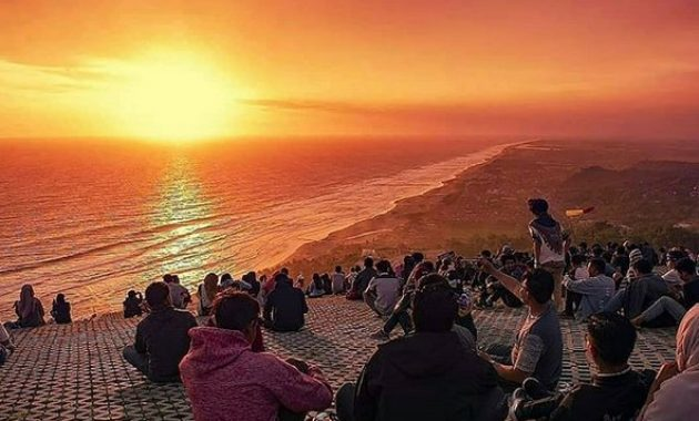 Menikmati Sunset dari Bukit Watugupit via IG @sewakameramurah_amoeba