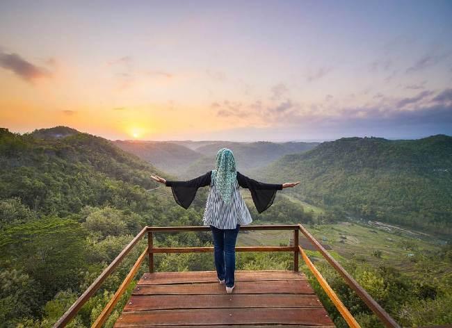 Menikmati Sunset di Bukit Mojo