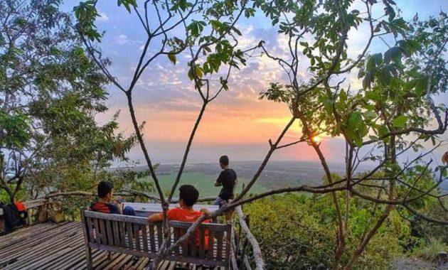 Pemandangan Watu Lumbung di Kala Senja via Panduanwisataid