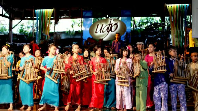 Bermain Angklung via Youtube