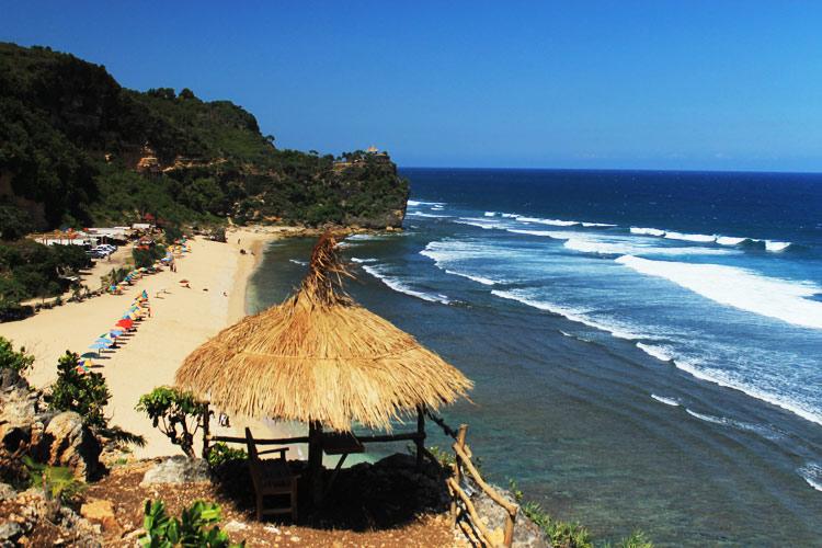 Keindahan Pantai dari Atas Bukit via melancongjogjacom