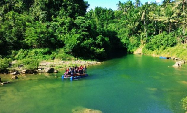 Menysuri Sungai Oya dengan Rakit