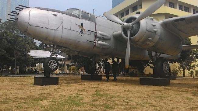 Monumen Pesawat Tempur via komariah14.blogspotcom