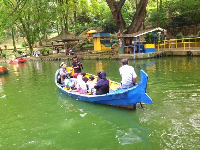 Naik Perahu di Bandung Zoo