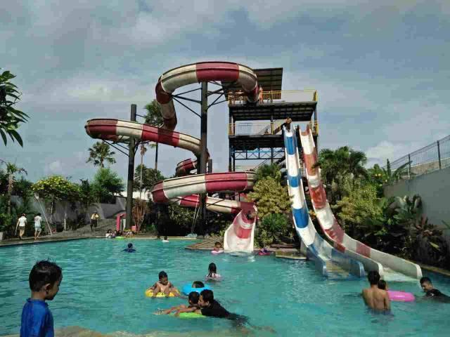 Seluncuran di Balong Waterpark