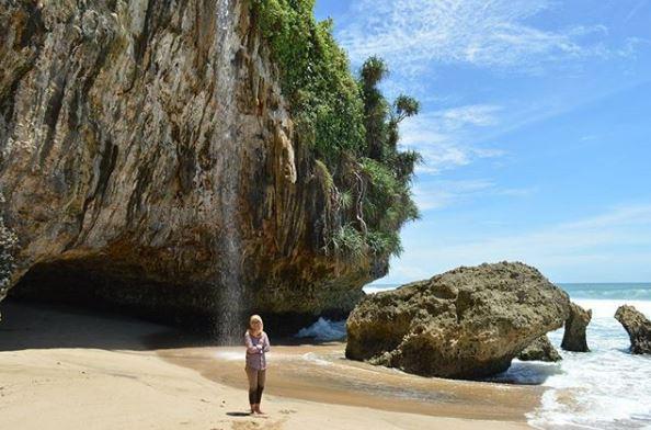 Air Terjun Seruni Beach via IG @diandrongg
