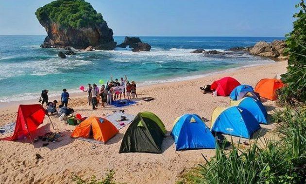 Camping di Pantai Jungwok via IG @viewjogja