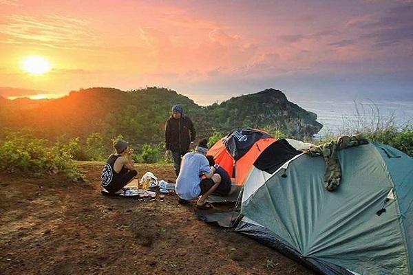 Camping di Puncak Kosakora via amicirentmotorbike.tumblr.com