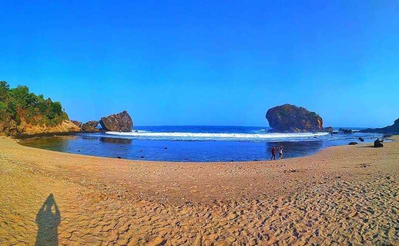 Garis Pantai Melengkung via IG @bennysurendra