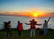 Menyaksikan Sunset di Puncak Bukit Kosakora