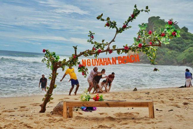 Seru-seruan di Nguyahan Beach via Rentalmobiljogjaid
