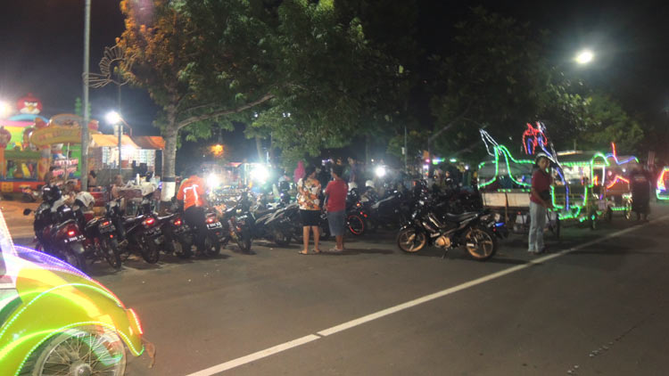 Malam Minggu di Alun-alun. KH/Kandar