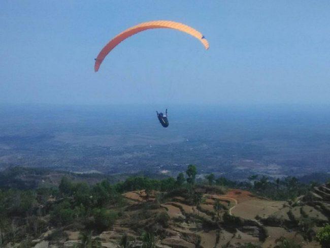 Mencoba Sensasi Paralayang via IG @jarwanto12345678910