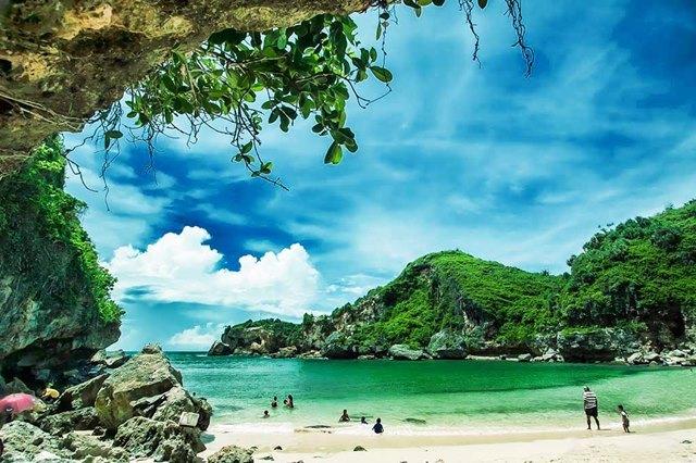 Pesona Pantai Ngrenehan
