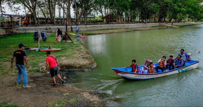 Wisatawan di Telaga Jonge